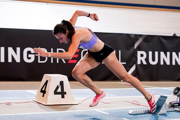 Eveline Saalberg bij de start van de 400 meter op de NK indooratletiek.