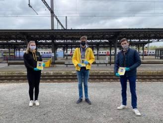 """Jonge actievoerders delen vensters uit in station: """"Zo kan je overal aan het raam zitten op trein"""""""