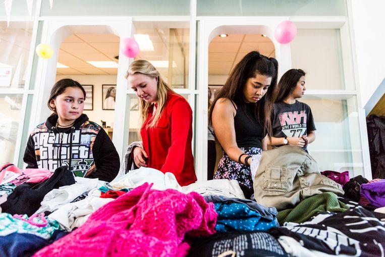 Het Elance kledingevent in Amsterdam-West in 2019. De meiden die door Elance Academy worden gecoacht, konden hier kosteloos kleding shoppen.  Beeld Tammy van Nerum