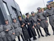 Powned-verslaggever op Urk bekogeld met eieren na vragen over 'nazi-feestje': 'Wegwezen, anders ga je de haven in!'