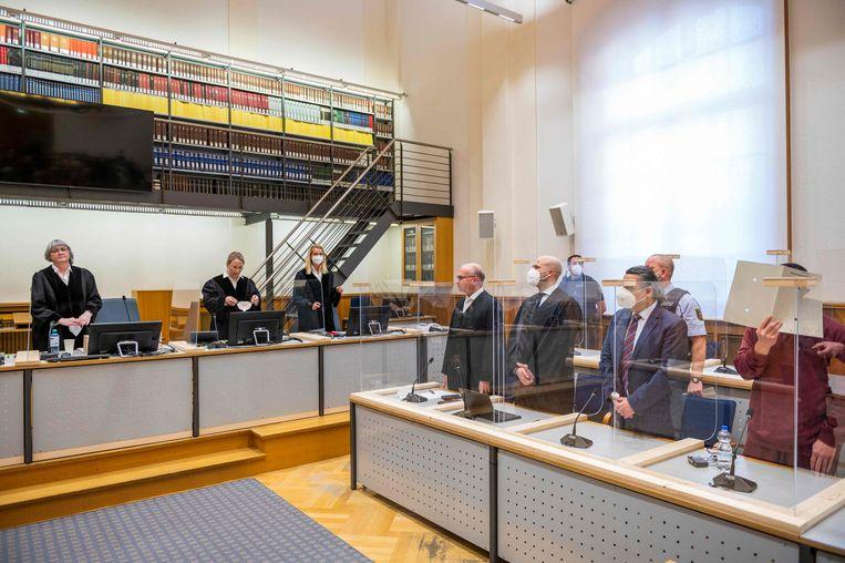 Voormalig inlichtingenofficier Eyad al-G. (rechts, met verborgen gezicht) in de rechtbank in Koblenz.  Beeld AFP