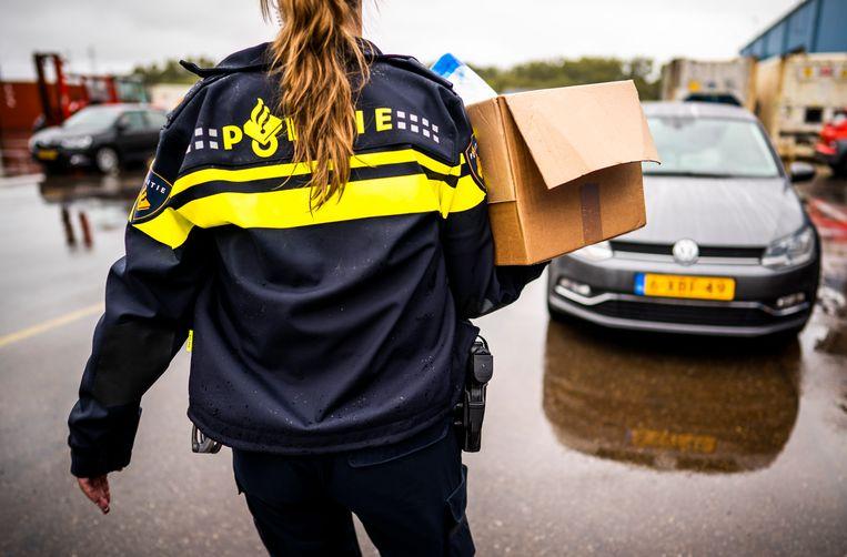 Een doos met spullen gaat mee terug naar de auto. Beeld Freek van den Bergh / de Volkskrant