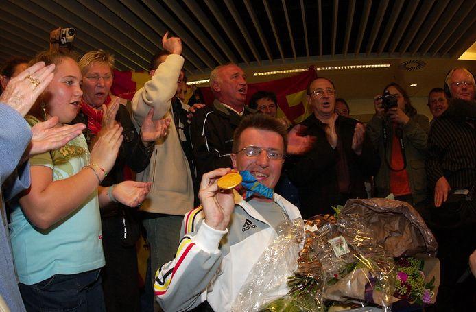 Dirk Boon toen hij aankwam op Zaventem met een goude medaille in 2004.