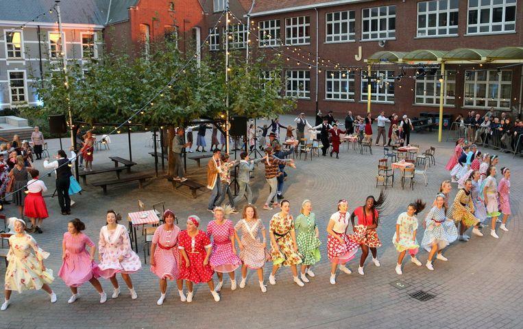 Dansers verzorgen het spektakel.