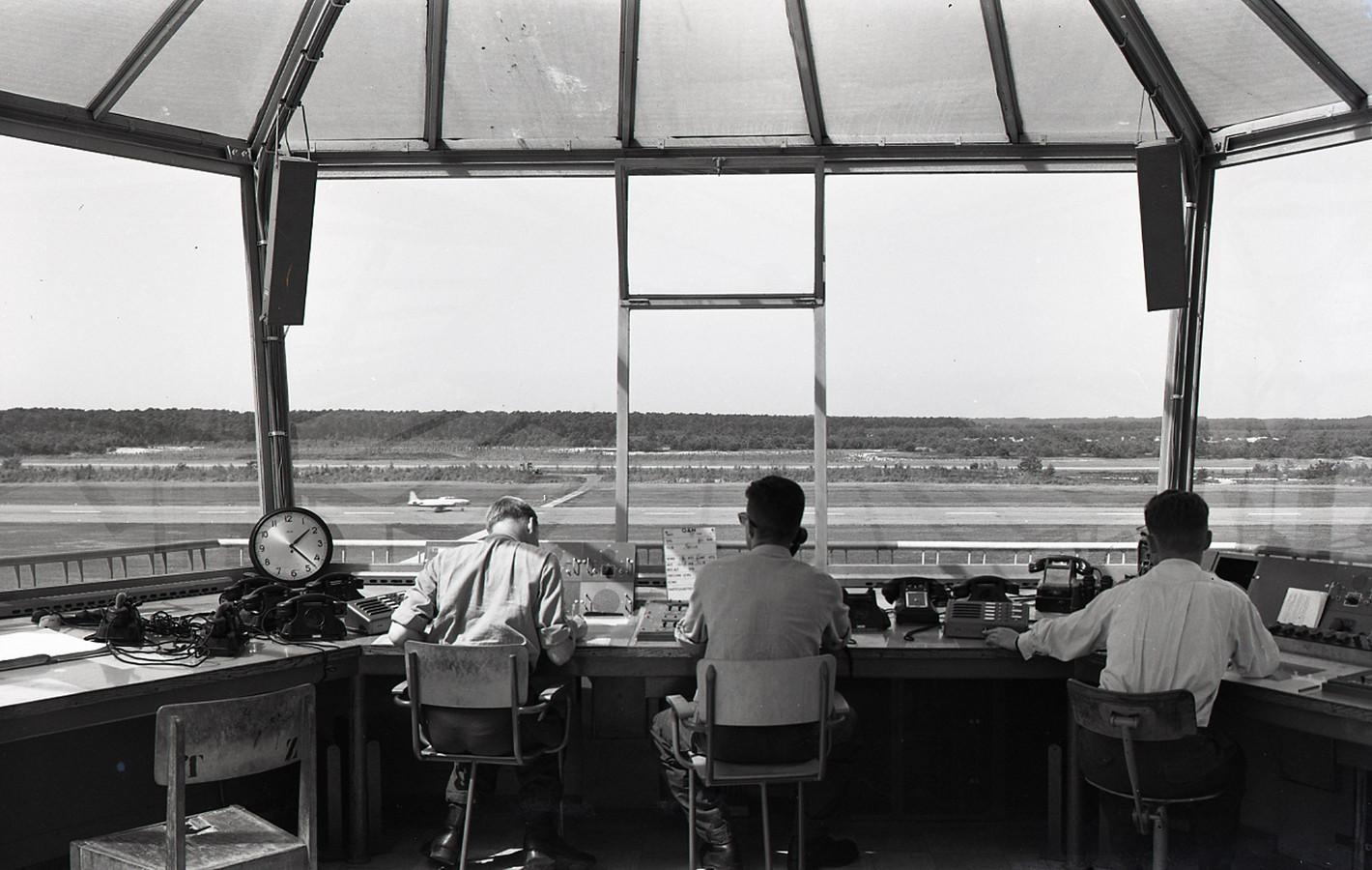 De luchtverkeerstoren van Vliegbasis Woensdrecht in 1959.