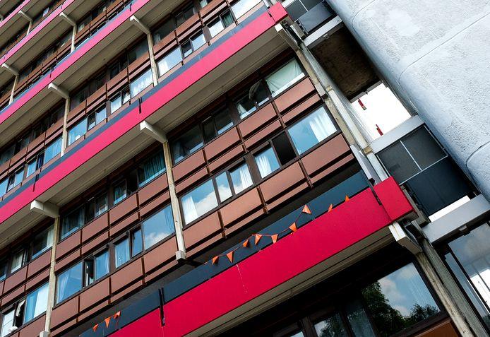 De rode flat van het Tuindorp-West Complex aan de Lieflandlaan in Utrecht.