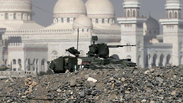 Een militair voertuig voor het paleis in Sanaa. Beeld reuters