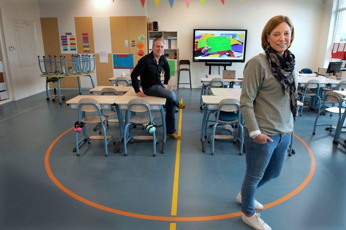De ouders Bob Kronenburg en Mariëlle Wolbrink in een tot klaslokaal omgebouwde gymzaal.