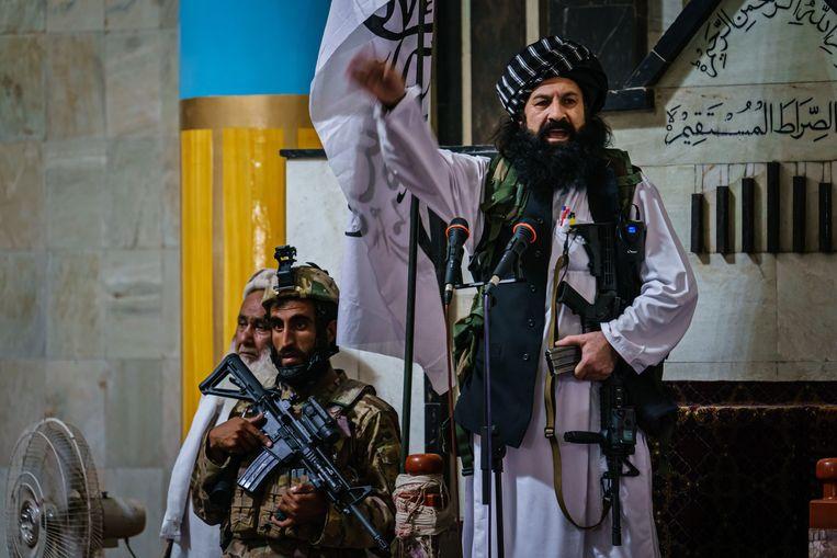 Een van de voorname leiders van de taliban, Khalil al-Rahman Haqqani, houdt een toepsraak in Kaboel. Beeld Photo News