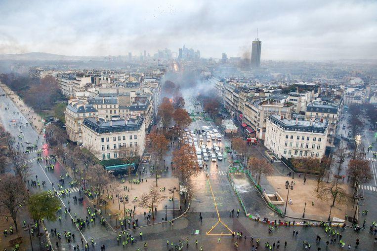 Beeld van een rumoerig Parijs van op de Arc de Triomphe. Beeld Photo News