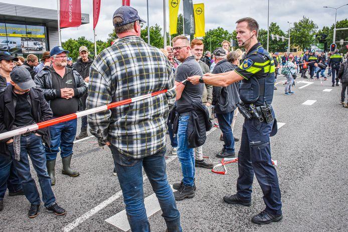 Bij het politiebureau in Assen verzamelden zich boeren uit het hele land om steun te betuigen aan boeren die werden gearresteerd bij protesten in het Drentse Wijster.
