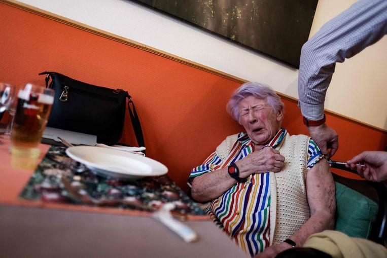 Een bewoner van een verpleeghuis in Brussel wordt ingeënt.  Beeld AFP