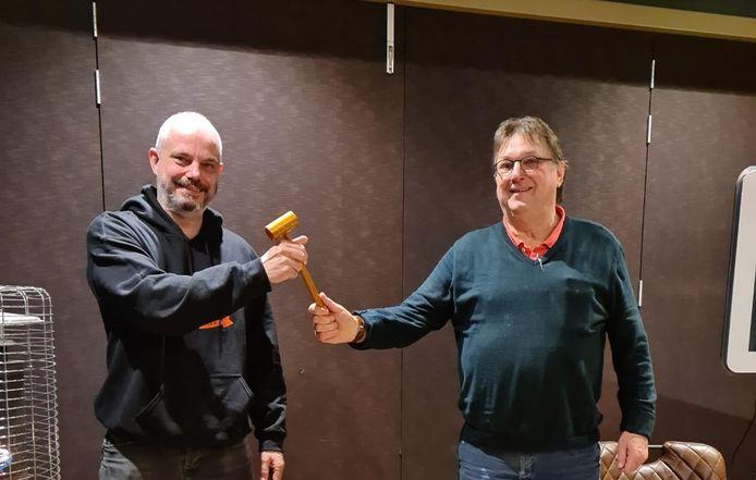Mark van den Boogaard (l) krijgt de voorzittershamer van KHN afdeling Helmond van Hein Gruijters.