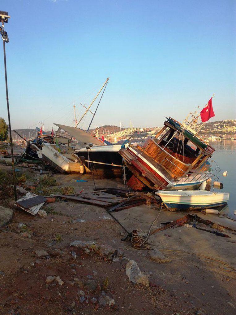 Het strandje aan hotel Parkim Ayaz was na de aardbeving één grote ravage.