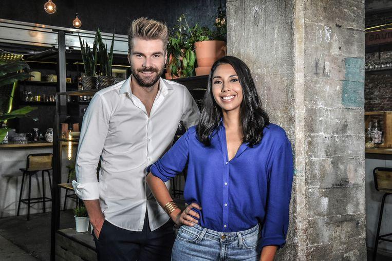 Kobe Ilsen en Danira Bouhkriss presenteren 'Over eten'. Beeld VRT