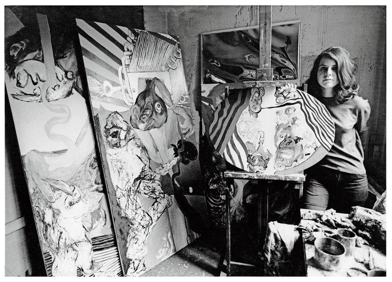 Jacqueline de Jong met werk van haar hand in haar Parijse studio, 1966. 'Natuurlijk was het chic om met de situationisten rond te hangen. 'We were absolutely glamorous!'' Beeld Courtesy of the artist