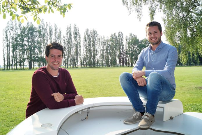 Korneel Cottyn en Louis Plancke bouwen straks een zomerbar in de enorme tuin van de Colliemolenhoeve in Oostnieuwkerke