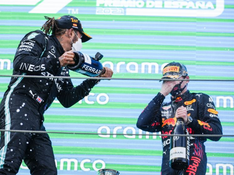 Hamilton wint in Spanje, Verstappen tweede