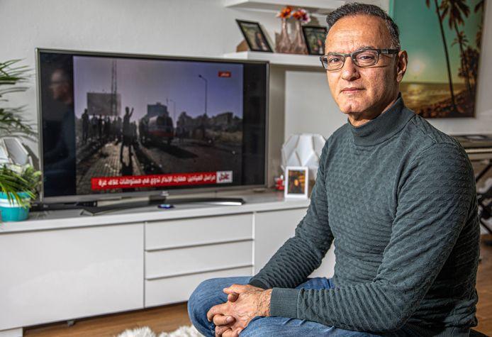 Khaled Sa'ad uit Zwolle heeft de hele dag zijn televisie aan. ,,Er moet een manier zijn om in vrede samen te leven met het Israëlische volk.''