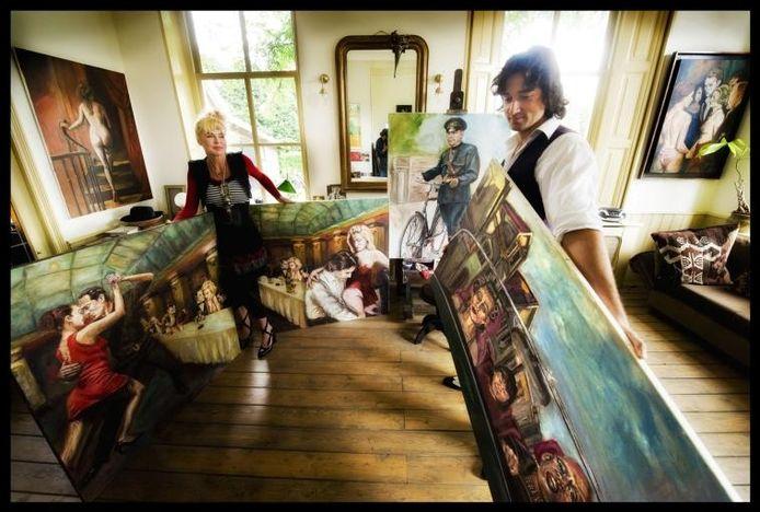 Moeder Lydia van den Heuvel en zoon Misha Blom bij hun werk in het atelier: indrukwekkende schilderijen in olieverf, waarbij de mens centraal staat. foto Raphaël Drent