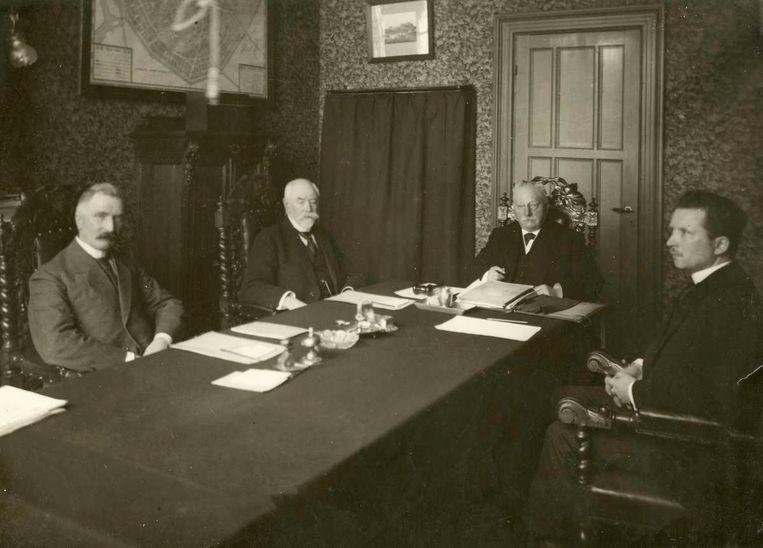 Het laatste gemeentebestuur van Watergraafsmeer, met wethouders Vlaanderen en Schmedes, burgemeester De Wit en secretaris Sydzest. Beeld