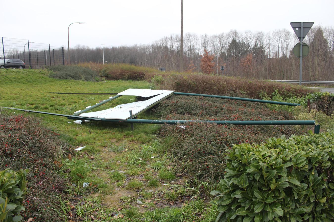 Het bord langs de Ninoofsesteenweg heeft er nu ook aan moeten geloven.