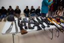 De opgepakte verdachten worden aan de media getoond met de wapens die ze gebruikten