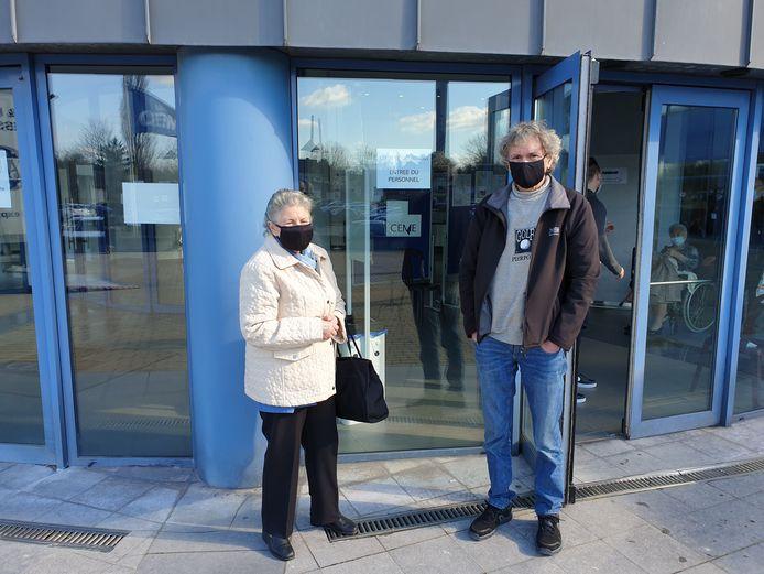 Marie-Louise Trigaut accompagné par son fils, Eddie Carton, est ravie de s'être fait vacciner à Dampremy (Charleroi)
