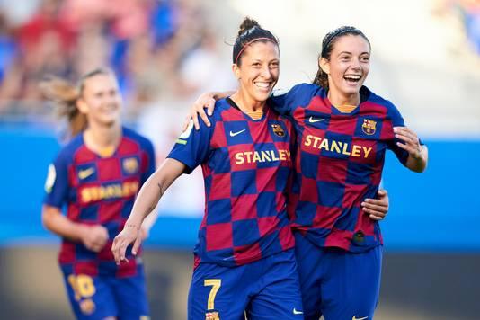 Jennifer Hermoso en Aitana Bonmati juichen namens FC Barcelona Femení, dat afgelopen zondag met 9-1 won van CD Tacón.