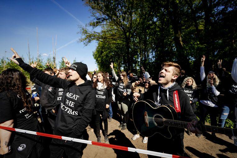 Dierenrechtenactivisten van Meat the Victims hielden maandag in Boxtel een varkensfokkerij bezet.  Beeld ANP