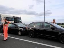 Twee personen gewond bij botsing op A1, vrachtwagenchauffeur grijpt kordaat in