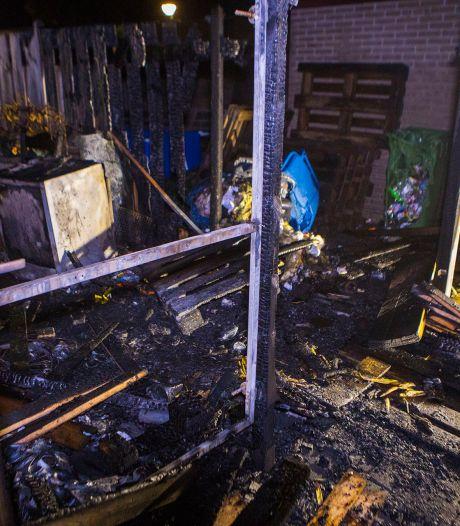 Veel schade door brand aan schutting in Schijndel