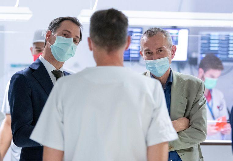 Minister van Volksgezondheid Frank Vandenbroucke en premier Alexander De Croo tijdens een bezoek aan het UZA.  Beeld Photo News