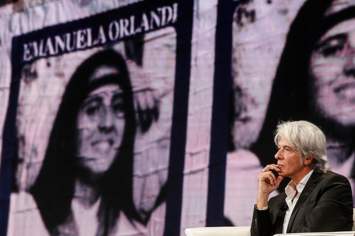 Pietro Orlandi, de broer van de in 1983 verdwenen Emanuela met een foto van zijn zus op de achtergrond in 2018.