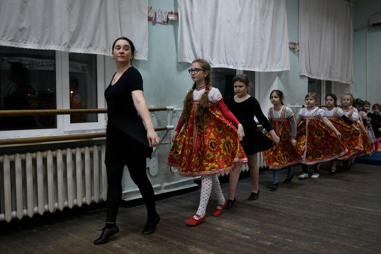 Nadezjda Bogomaz (links) geeft dansles in het cultuurcentrum van de locomotieffabriek. Ze behoort tot de apolitieke meerderheid in Rusland: 'Ik werk met kinderen, dat is mijn leven.' Beeld Yuri Kozyrev/Noor