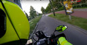 Screenshot uit de politievideo. Een motoragent met camera achtervolgt de motormuis aan de Blauwkapelseweg.