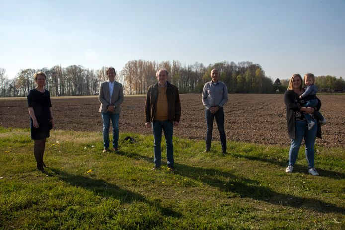 Een trotse delegatie van het schepencollege en boseigenaar Christophe Van Hoorde aan het perceel dat bebost zal worden.