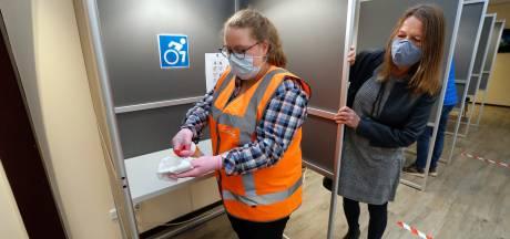 Lisa aan de slag in het stemlokaal, dankzij prokkelduo: 'Helpen kan ik dus ook!'