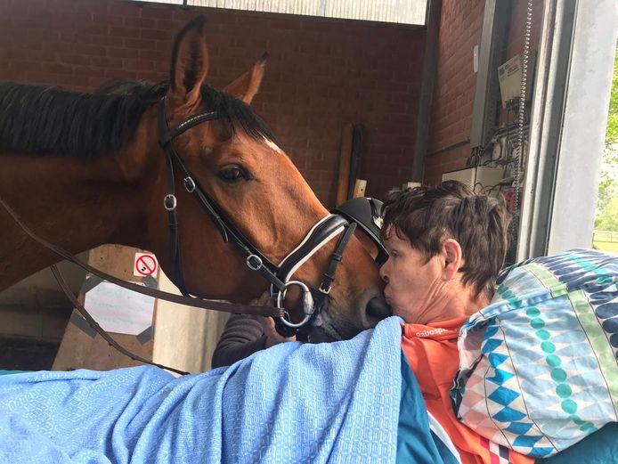 Met de wensambulance heeft Jitske nog één keer de stal van de Vlaamse Olympische ruiter Karin Donckers kunnen bezoeken. 'Een prachtig cadeau'