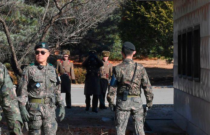 Noord-Koreaanse en Zuid-Koreaanse soldaten in het dorpje Panmunjom, in de gedemilitariseerde zone die de twee Korea's van elkaar scheidt.
