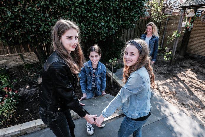 Lobke krijgt hulp van haar buurvrouwen Danique, Livia en Eline.