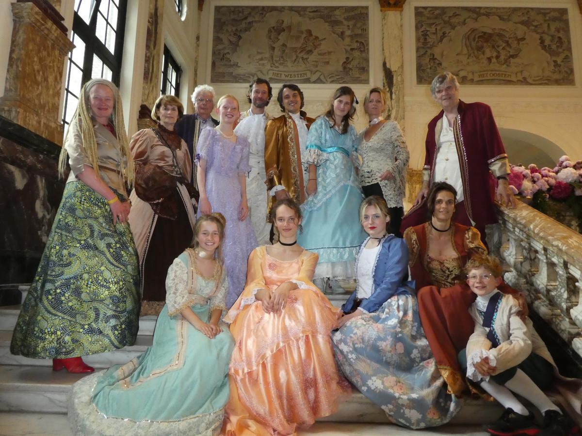 De jonge pianisten Polly Jean Pinney (zittend links) en Rosa Anders (zittend oranje jurk), met familie en vrienden.