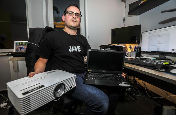 Pieter Dejaeger werd opgelicht en is een beamer en vier laptops kwijt.