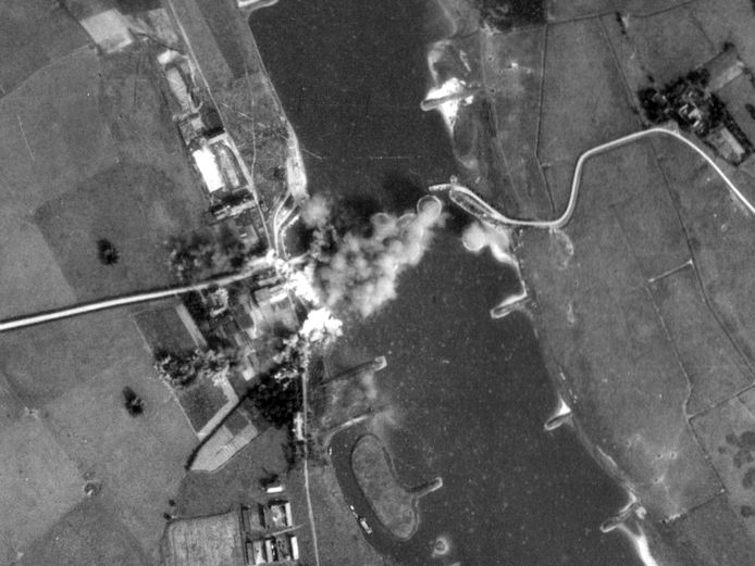 Ontploffende bommen bij de eerste luchtaanval op het Looveer tijdens de Slag om Arnhem op 17 september 1944. Aanval net na 11:30 uur, met 3 vliegtuigen van de Amerikaanse 96 bombgroup. De inslagfoto's zijn ontdekt door onderzoeker Antoon Meijers, auteur van het boek 'They were all over the Sky, een kroniek over de Amerikaanse bombardementen tijdens Operatie Market Garden.