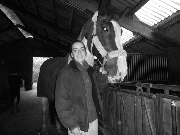 """Maike met haar geliefde Utah. """"Als het paard kon praten, zouden er boeken over hen geschreven kunnen worden"""", zegt uitvaartspreker Frans Langeler."""