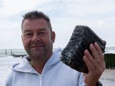 Duinwachter Ruben vindt zeldzame kies van bosolifant op het Zeeuwse strand