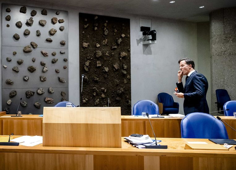 Demissionair premier Mark Rutte tijdens een schorsing op de tweede dag van de Algemene Politieke Beschouwingen, het debat na de Troonrede op Prinsjesdag. Beeld ANP