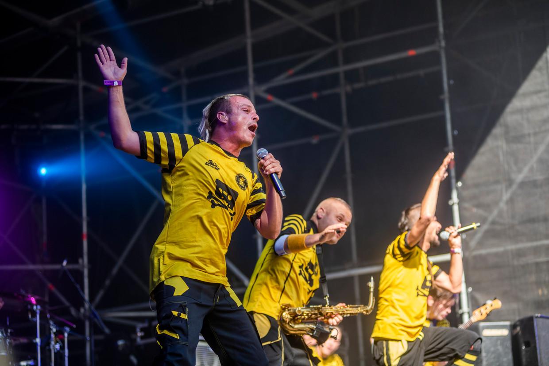 Dubioza Kolektiv in zwart-geel: enthousiasme op het podium, en dat mist zijn effect niet.  Beeld Alex Vanhee