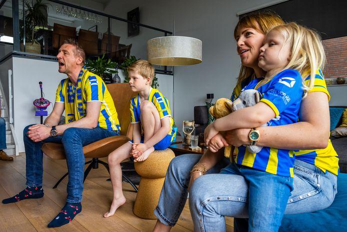 Jan-Harm Kik kijkt met zijn zoon Pepijn, dochter Nina en vrouw Hanny de eredivisiewedstrijd RKC Waalwijk tegen FC Twente.