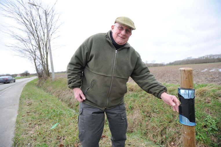 François Verbruggen bij één van de vernielde wildspiegels langs de Humbeeksebaan.